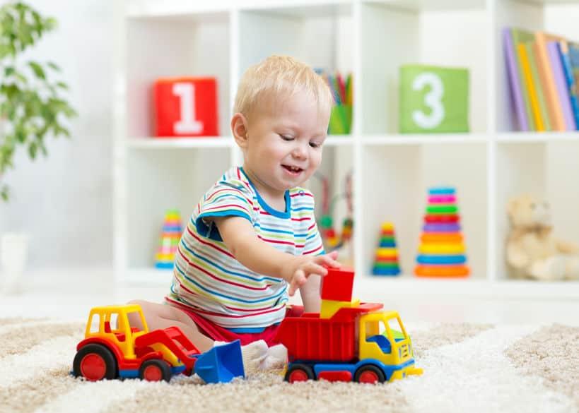 Bambino che gioca sul tappeto