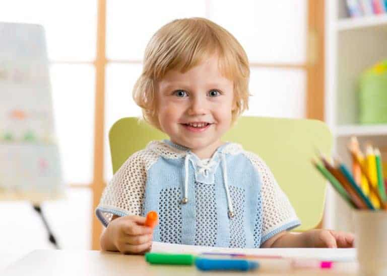 Bambino con matite in mano
