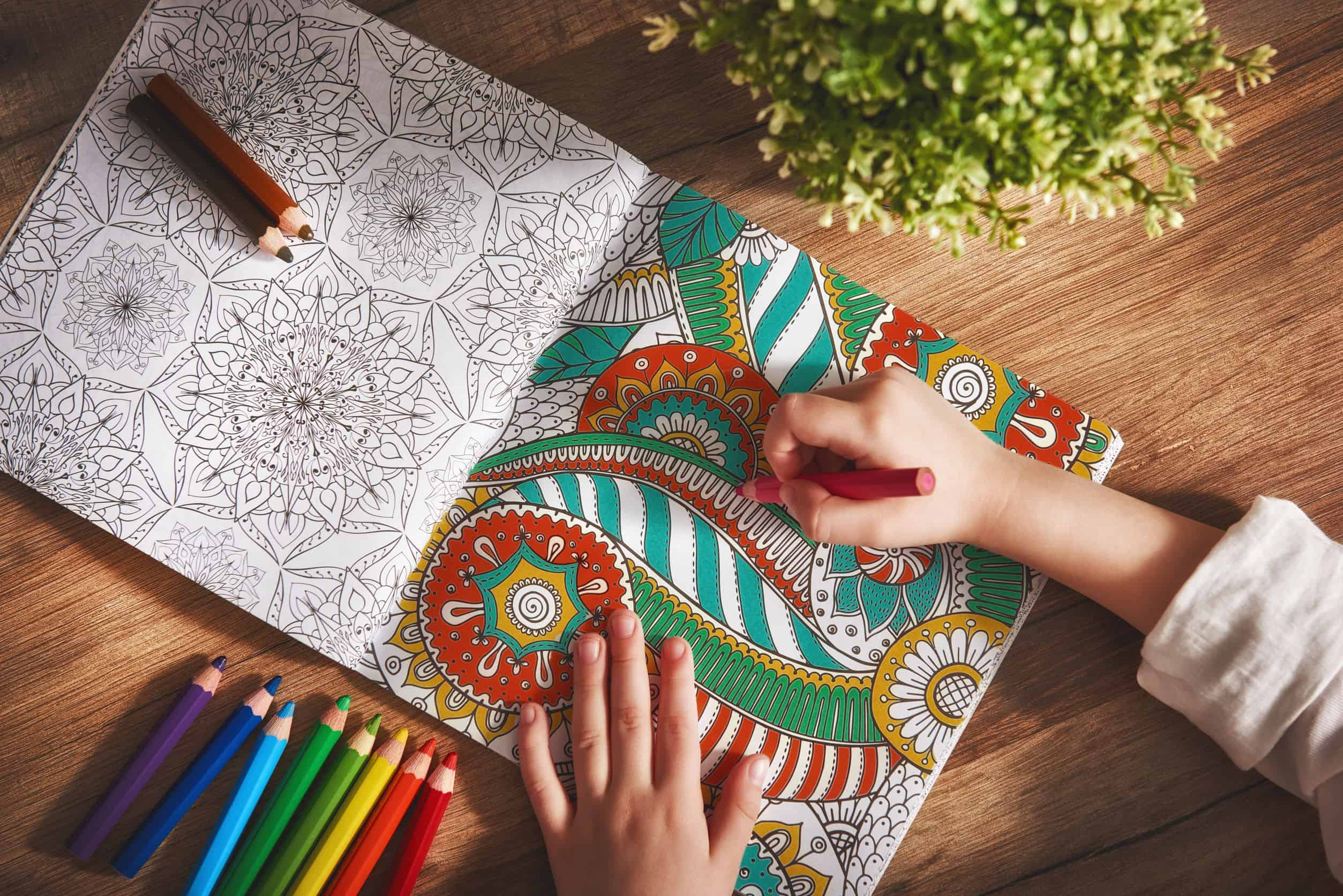 Bambino che colora un libro