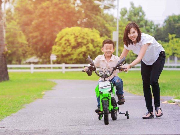 Bimbo su moto a pedali