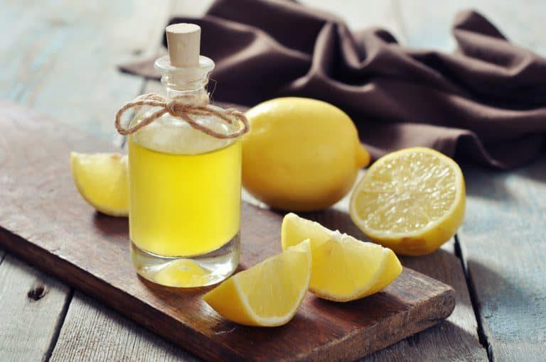 Bottiglietta di olio essenziale e limoni