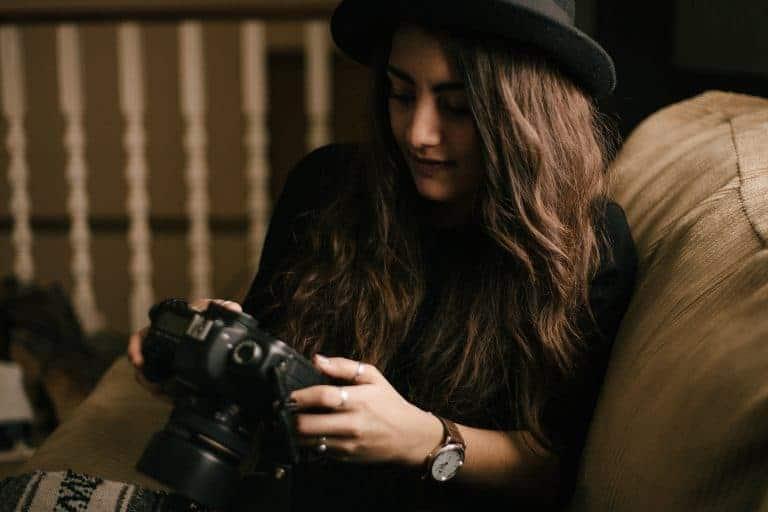 Giovane donna con orologio e fotocamera