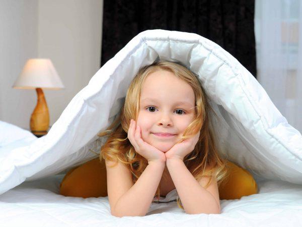 Bimba sotto le coperte