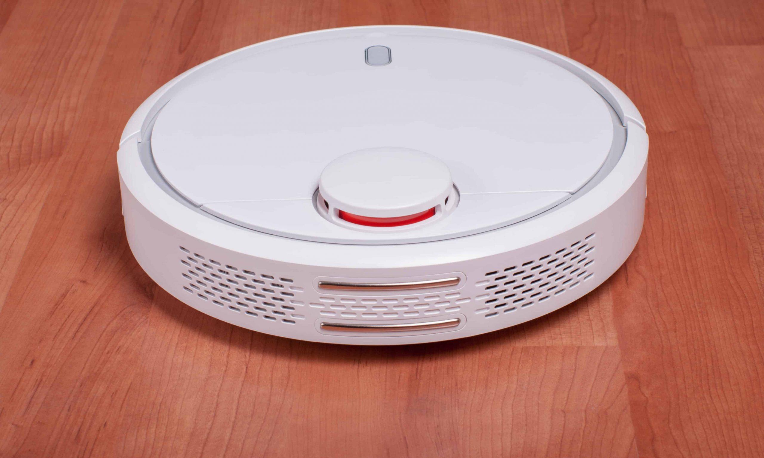 Un robot aspirapolvere bianco