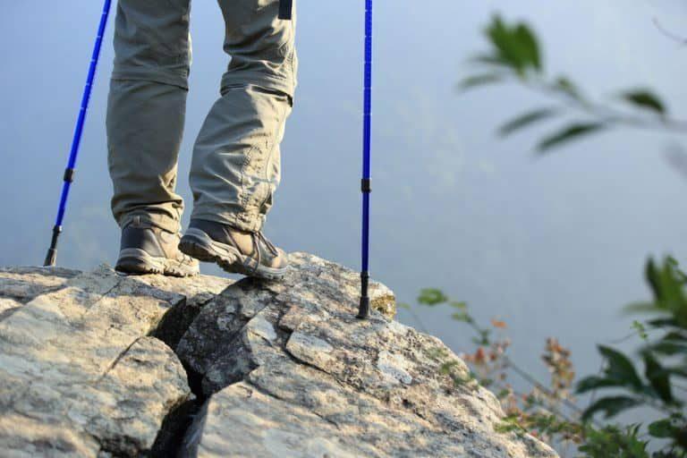Un uomo con scarponi da montagna