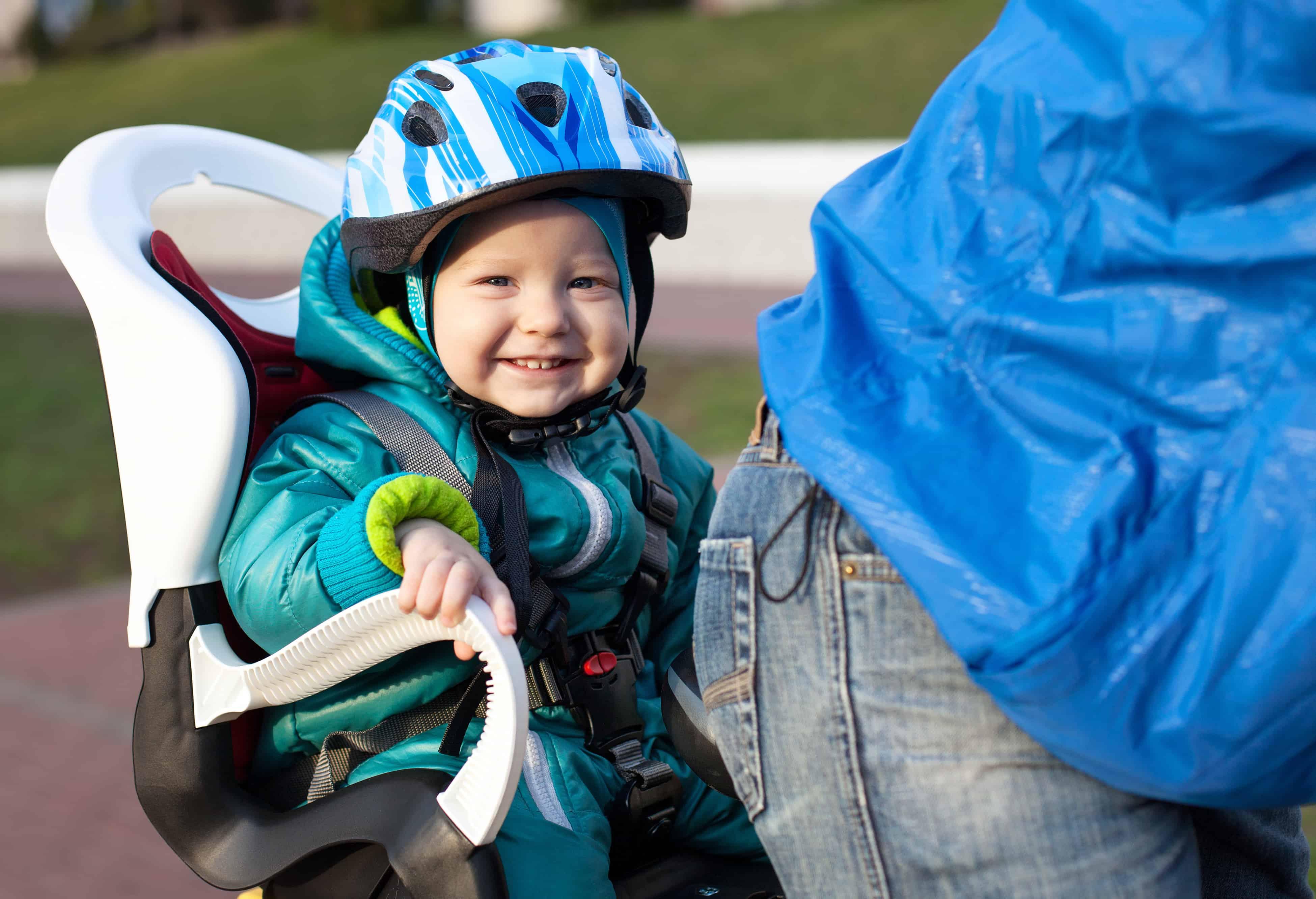 Bimbo felice nel seggiolino bicicletta