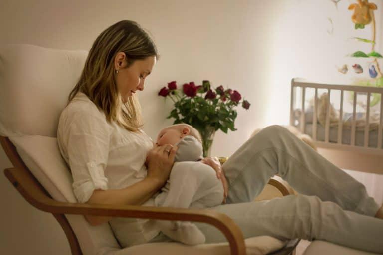 Mamma e bambino sulla poltrona da allattamento