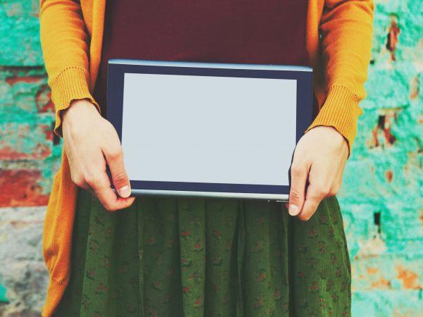 Donna che sorregge un tablet