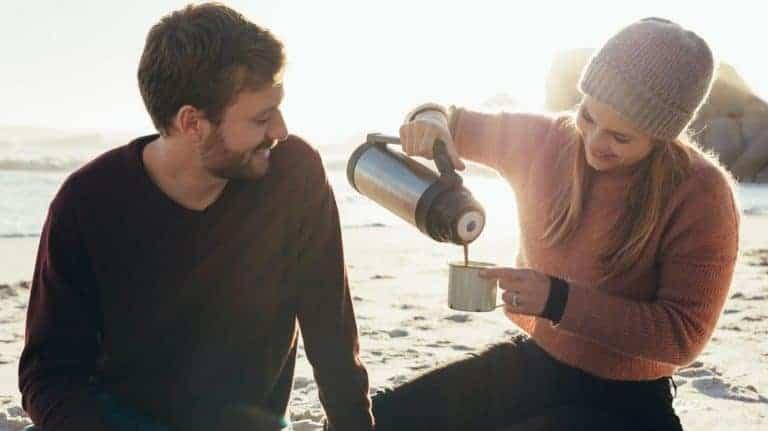Coppia che usa il thermos per caffè