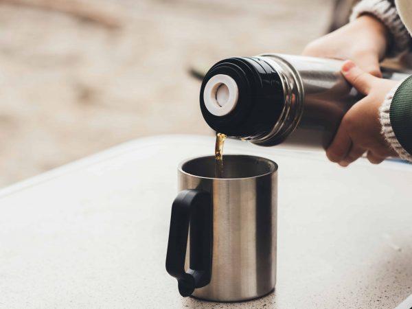 Caffè versato dal thermos