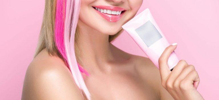 Ragazza con capelli rosa