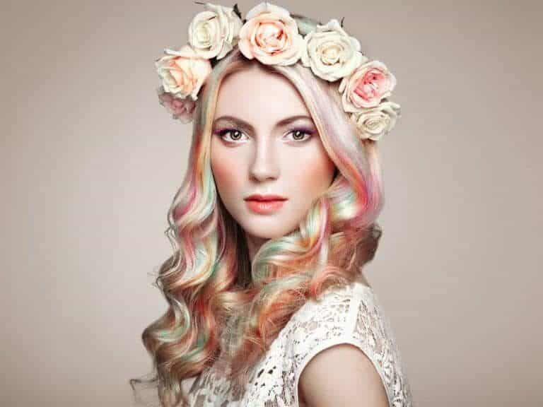 Donna con capelli di diversi colori