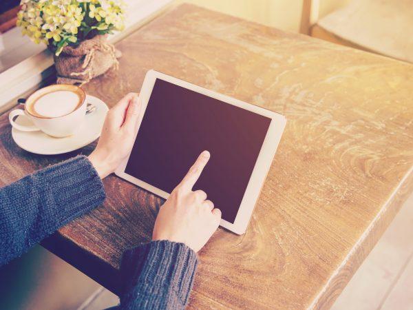 Donna che usa un tablet