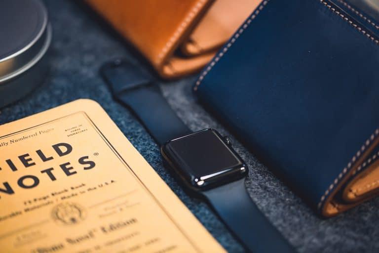 Smartwatch in mezzo ad altri oggetti