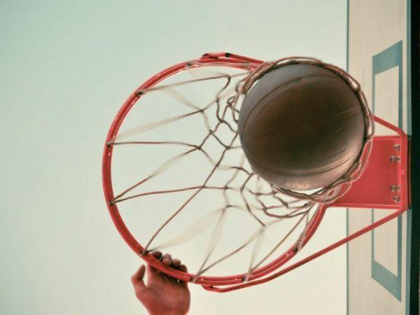 Canestro da basket visto dal basso