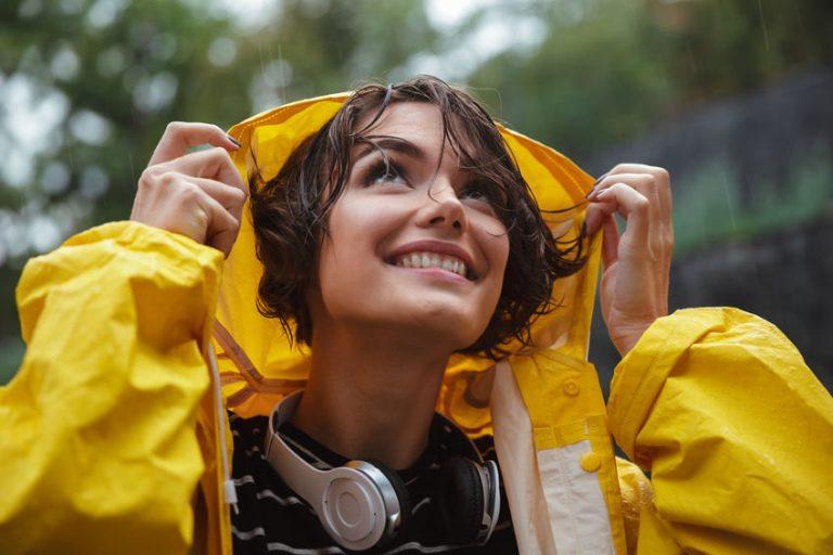 Donna con cuffie wireless waterproof