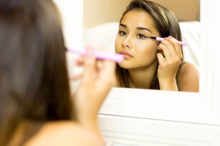 Donna che si applica l'eyeliner