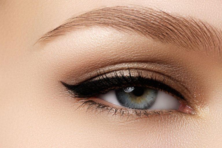 Occhio con eyeliner in primo piano