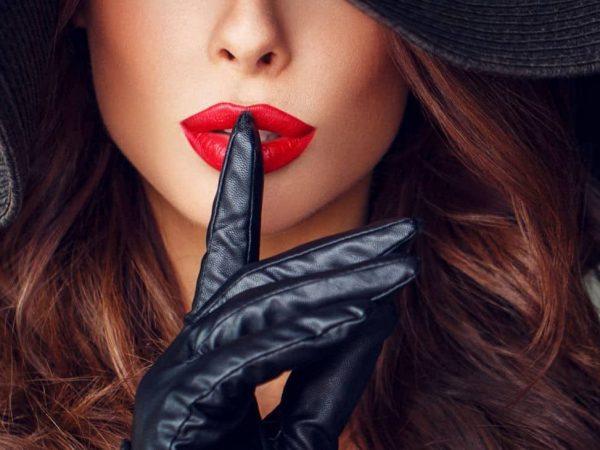 Donna sensuale che invita al segreto