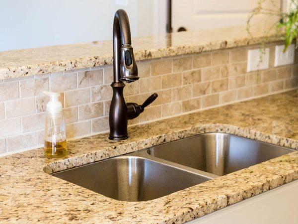 Un lavello cucina sottotop