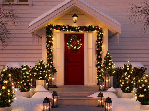 Portico di casa con addobbi e luci di Natale
