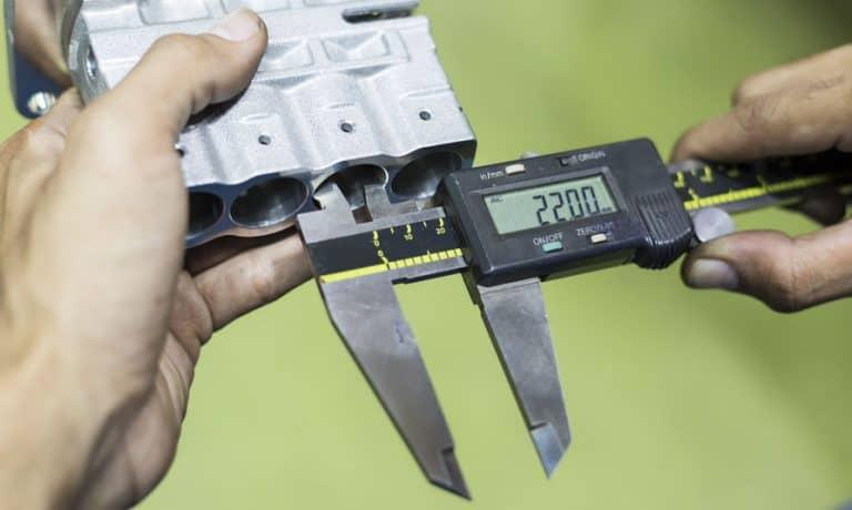 Calibro digitale che misura