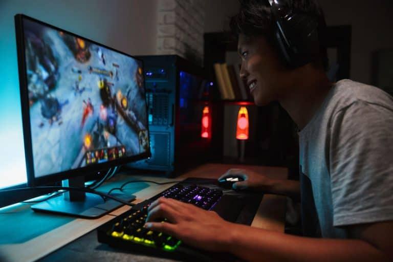 Gamer davanti a monitor 4K