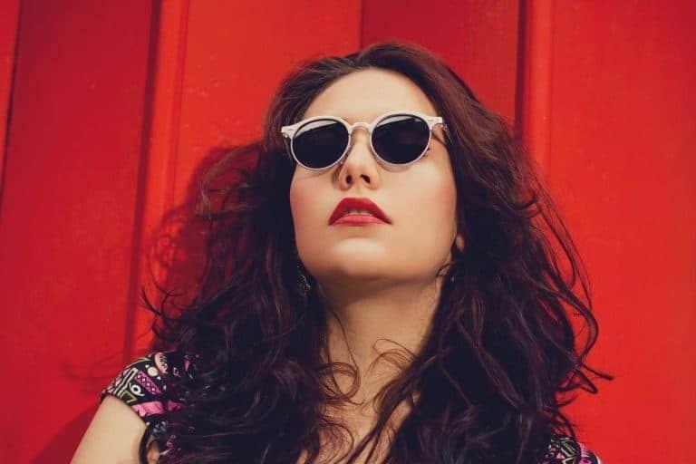 Donna che indossa occhiali da sole