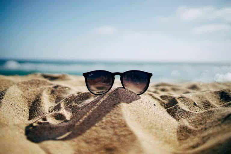 Occhiali da sole sulla sabbia