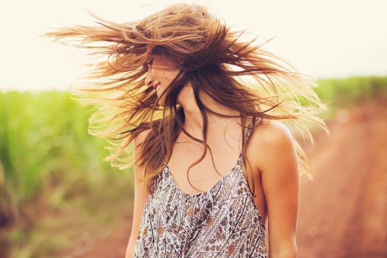 Donna che scuote i capelli