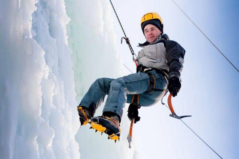 Uomo che pratica alpinismo