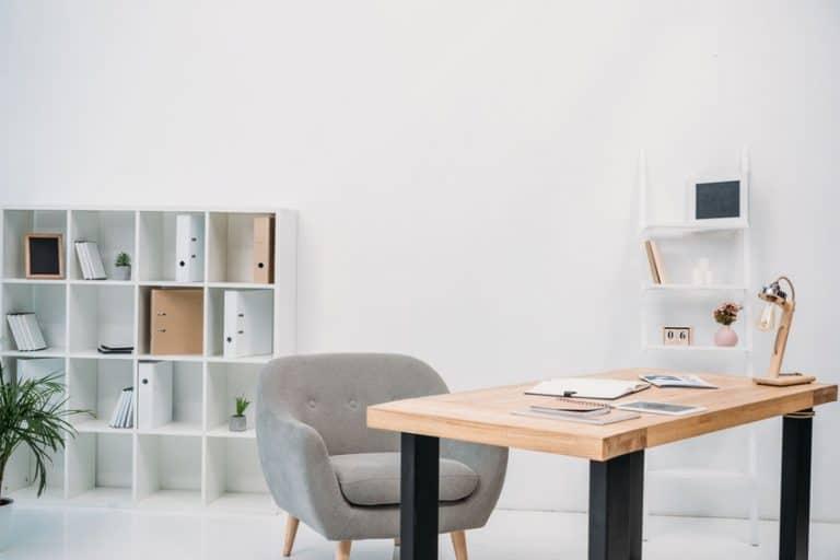 Zona lavoro con scaffale a cubi