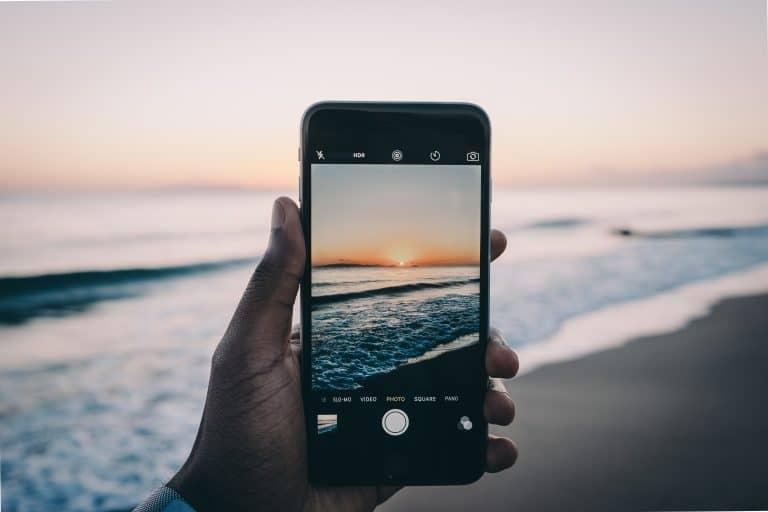 Telefono che fotografa il mare