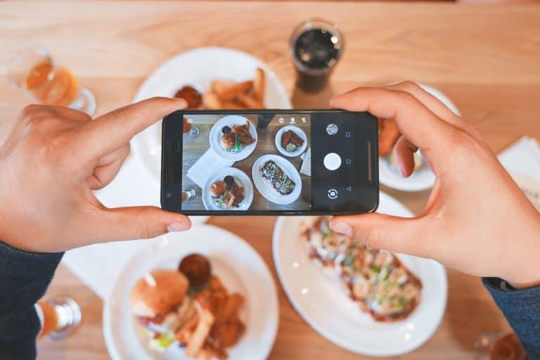 Telefono che scatta una foto al cibo