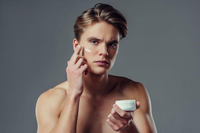 Uomo con crema sul viso