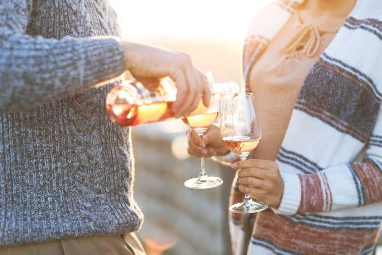 Uomo che versa vino rosè