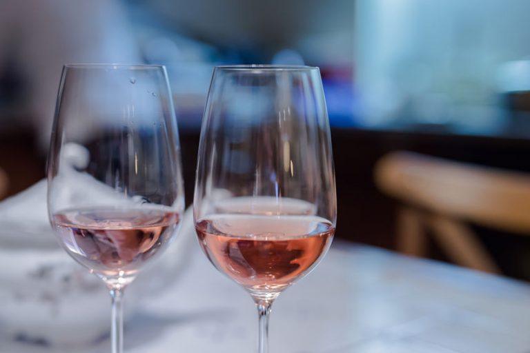 Vino rosè in due bicchieri
