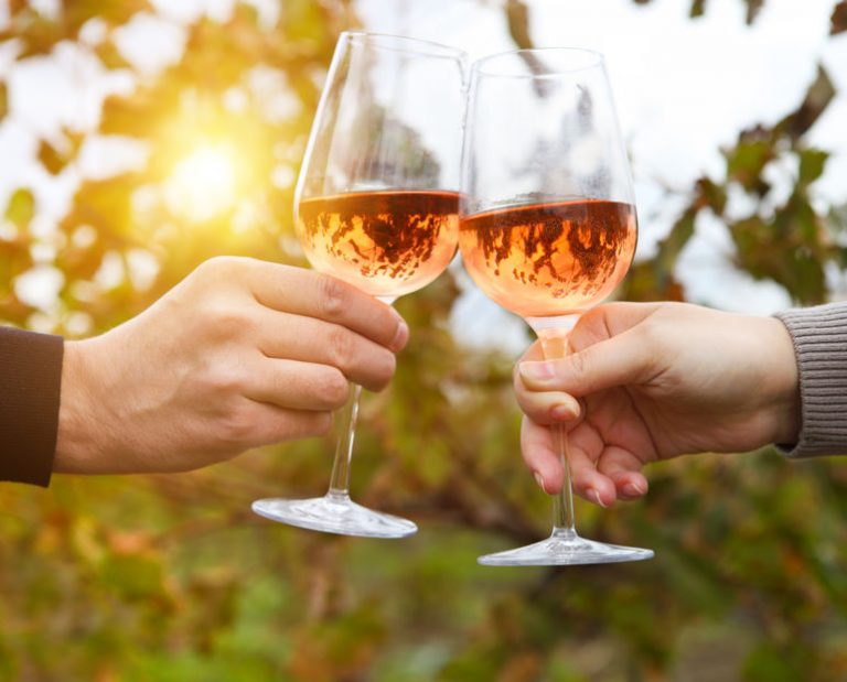 Brindisi con vino rosato