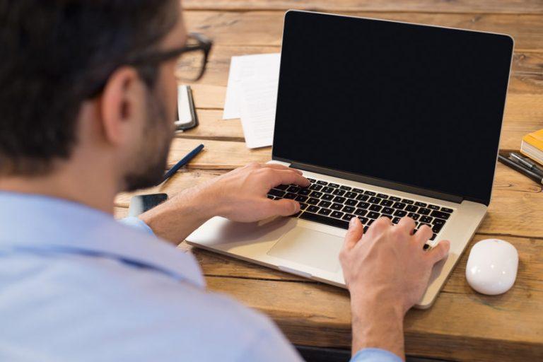 Uomo al computer portatile