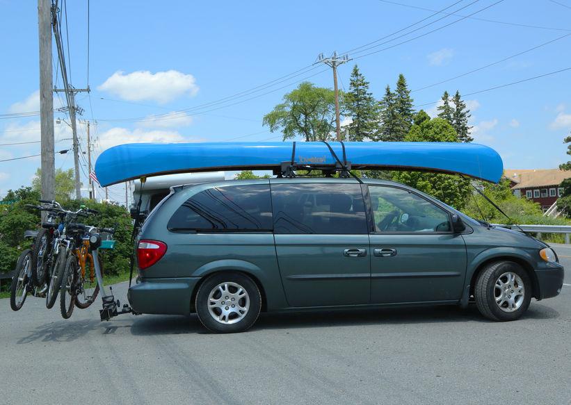 auto con attrezzatura da campeggio