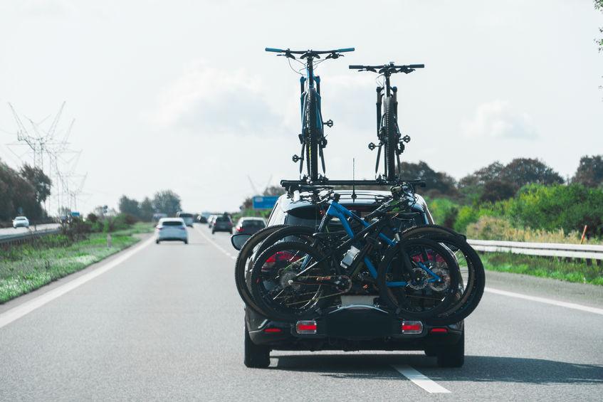 macchina con molte biciclette sul portabici
