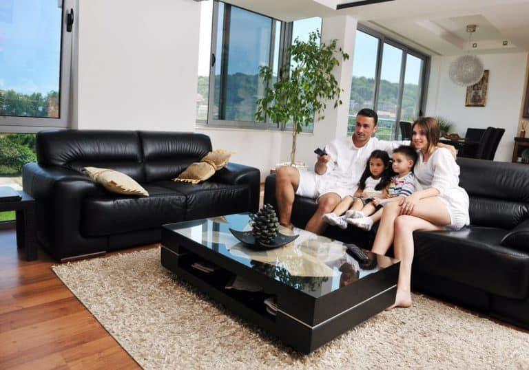 Famiglia che guarda la TV sul divano