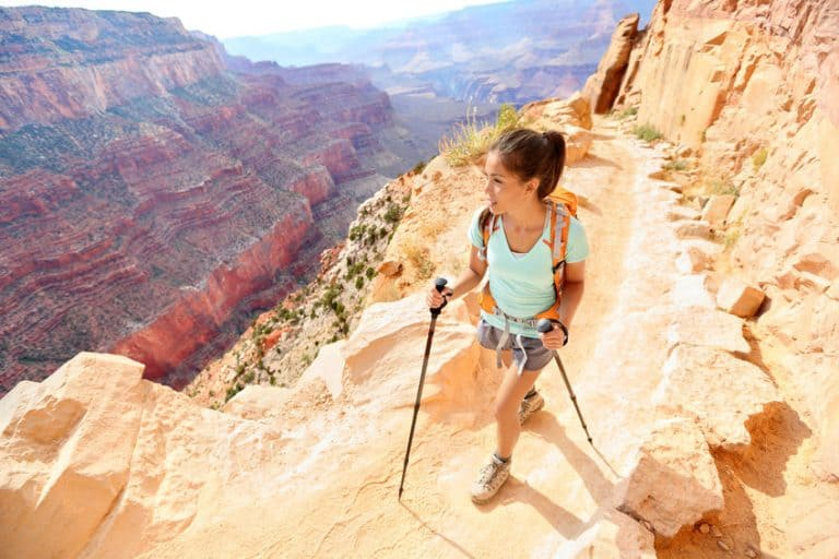 Donna che fa trekking