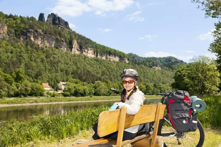 Ciclista seduta in zona panoramica