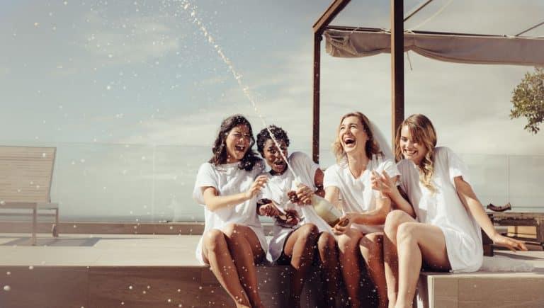 Donne che festeggiano con lo champagne