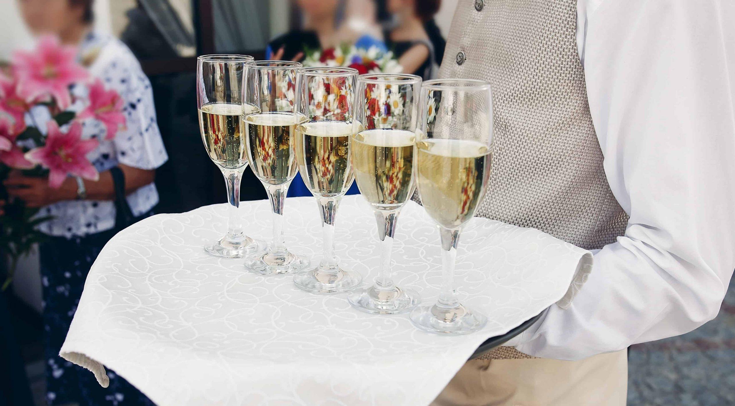 Cameriere con bicchieri di champagne