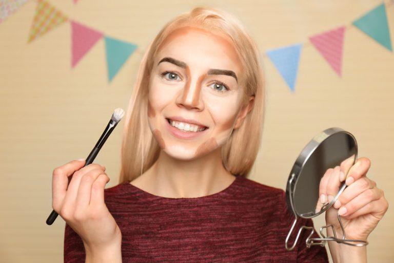 Donna che prepara per il contouring viso