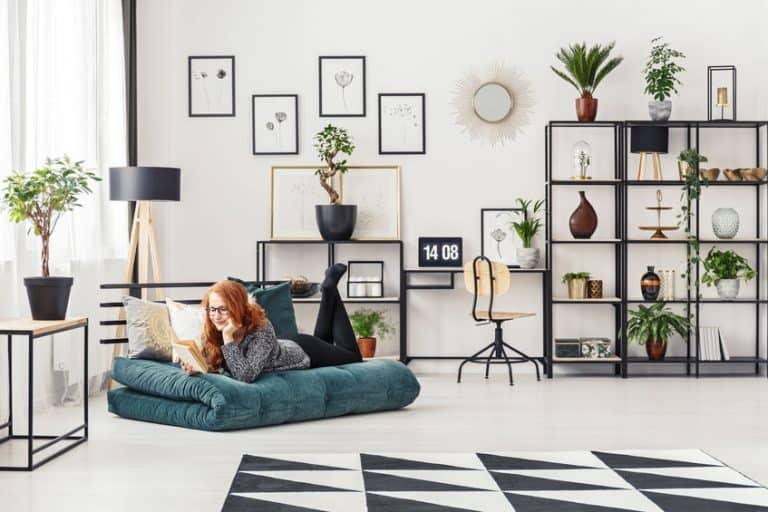 Donna sul divano in un contesto moderno