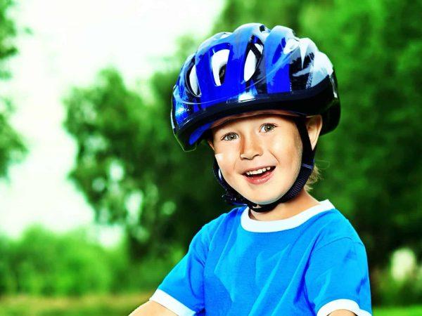 Bambina con il casco da bicicletta