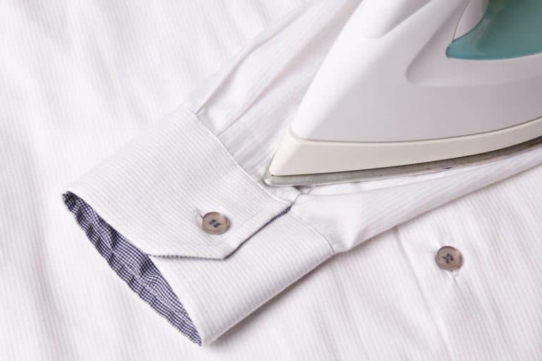 Punta del ferro da stiro su camicia